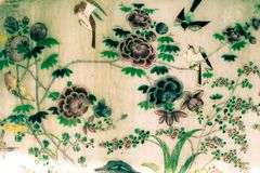 Bangkok, Tha?lande - 18 mai 2019 : L'arbre et les peintures d'art de fleurs sur des tuiles le long des galeries du temple d'Emera image libre de droits