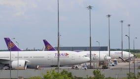 BANGKOK, THAIILAND- 2 DE NOVIEMBRE: Un estacionamiento de los aviones en Suvarnabhumi Airp Imagenes de archivo