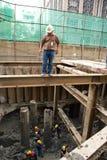 Bangkok thailändsk arbetare i en byggnadsplats Arkivbild