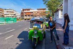 BANGKOK, THAILAIND - 31 DECEMBER, 2017: Bestuurders tuk-Tuk op r Stock Afbeelding
