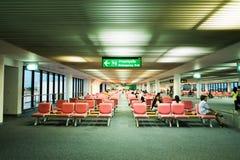 BANGKOK/THAILAND- 16 ΜΑΐΟΥ: Μη αναγνωρισμένοι επιβάτες στην αναμονή στοκ εικόνα