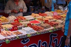 Bangkok, Thailand, 24 September. Het dienblad van de straat met voedsel Azië Stock Fotografie