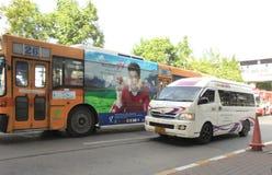 Bangkok-Thailand: Apelsin-guling färg luft-lurar bussen royaltyfria bilder