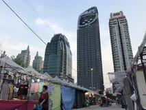 BANGKOK, THAILAND - 16. APRIL 2018: Alter Geschichtenmarkt trifft enorme Wolkenkratzer - konkreten Dschungel lizenzfreies stockfoto