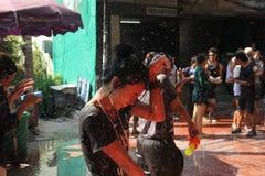 Bangkok Thailand - April 15: Bevattna kampen i thailändskt nytt år för den Songkran festivalen på April 15, 2011 i soien Kraisi,  arkivbilder