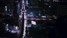 BANGKOK THAILAND - 11 APRIL: De bedrijfsvervoersweg in de Bouw van de stadsgebied van Bangkok bij het nachtleven, hoge hoek schoo stock videobeelden