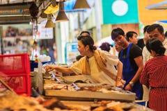 Bangkok, Thailand - April 23, 2017: De niet geïdentificeerde koper koopt Royalty-vrije Stock Afbeelding