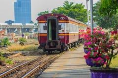 Bangkok, Thailand - April 23, 2017: De trein komt en gaat over Royalty-vrije Stock Afbeelding