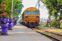 Bangkok, Thailand - April 23, 2017: De trein komt en gaat over Royalty-vrije Stock Foto