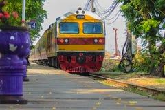 Bangkok, Thailand - April 23, 2017: De trein komt en gaat over Royalty-vrije Stock Fotografie