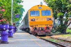 Bangkok, Thailand - April 23, 2017: De trein komt en gaat over Royalty-vrije Stock Foto's