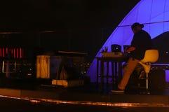 Bangkok, Thailand - 28. April 2014 Diskjockey oder DJ, die zu einer Nacht heraus auf einer Terrasse in Bangkok Thailand fertig wi lizenzfreie stockfotos