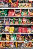 BANGKOK, THAILAND - APRIL 24: divers aroma van 7-elf geschikt opslag volledig voorraden van Nescafe, Moccona, Birdy en andere mer stock fotografie