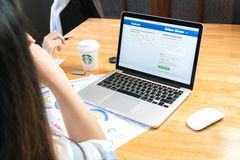 BANGKOK THAILAND - April 14, 2017: Facebook för inloggningsskärm symboler på Apple Macbook störst och populärast social nätverkan Royaltyfri Bild