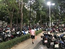 BANGKOK, THAILAND - 15. APRIL 2018: Festival neuen Jahres Songkran nachts mit Wasserwerfern und vielen Leuten stockfoto
