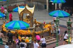 Bangkok Thailand - April 31, 2014 Folk som ber på ett altare av dyrkan till Phra Phrom, gud av den visade världen i staden royaltyfria bilder