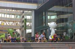 Bangkok Thailand - April 31, 2014 Folk som gör olika aktiviteter i ett fritids- utrymme av Siam Tower i Bangkok, Thailand royaltyfria foton