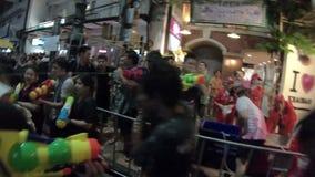 Bangkok Thailand - April 13, 2018: Folktagandedelen i vatten slåss på gatan under den Songkran festivalen på den Khao San vägen i arkivfilmer