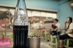BANGKOK, THAILAND - APRIL 27, 2017: Half verbruikte Coca-colaglas stock fotografie