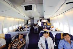 Bangkok Thailand - April 4, 2012: I flykten av Thai Airways Boeing 747-400 i första classvr kabin 7442 med passagerare på galt Royaltyfri Fotografi