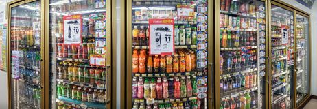 BANGKOK THAILAND - APRIL 27: Kylskåp av 7-Eleven på Petchk Royaltyfri Fotografi