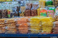 Bangkok, Thailand - April 23, 2017: Lokale zoete snacks en desse Stock Afbeeldingen