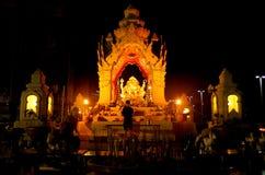 Bangkok Thailand - April 28, 2014 Man som ber på ett altare av dyrkan till Ganesha i staden av Bangkok royaltyfri bild