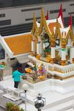 Bangkok Thailand - April 31, 2014 Man som gör erbjuda på den Amarindradhiraja relikskrin i staden av Bangkok arkivbilder
