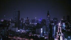 BANGKOK THAILAND - 11 APRIL: Mening van Zaken die de stadsgebied bouwen van Bangkok bij het nachtleven, door camerapanning met he stock video