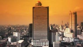 BANGKOK THAILAND - 11 APRIL: Mening van Zaken die de stadsgebied bouwen van Bangkok, door camerapanning met het volgen van hoge d stock video