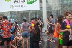 BANGKOK, THAILAND - 15. APRIL 2014: Nicht identifiziertes spielendes Wasser I Stockbilder