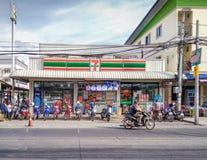 BANGKOK THAILAND - APRIL 27: Op lämpligt lager för lokal 7-Eleven Royaltyfria Foton