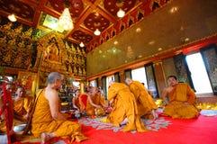 BANGKOK, THAILAND - APRIL 27: Ordeningsceremonie voor nieuwe Buddh Stock Afbeeldingen