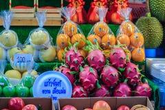 Bangkok Thailand - April 23, 2017: Organiska frukter liksom mango Royaltyfri Foto