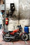 BANGKOK, THAILAND - APRIL 24: Oude die motorfiets op stree wordt geparkeerd Stock Afbeeldingen