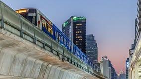 Bangkok/Thailand - April 12 2018: På Sukhumvit är vägen BTS eller Skytrain Bangkok kollektivtrafiksystem, ett av det lämpligaste  royaltyfria bilder