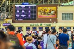 Bangkok Thailand - April 23, 2017: Passagerare som väntar på en tra fotografering för bildbyråer