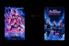 Bangkok, Thailand - 28. April 2019: Rächer Endgame-Filmanzeige auf zwei LED-Schirmen Fördernde Werbung des Kinotheaters stockfotografie