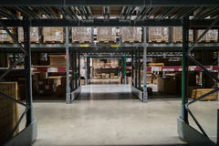 Bangkok, Thailand - 6. April 2017: Reihe von verpackt bereit-zu-bauen Möbelprodukte im Lagerabschnittgehweg, IKEA Bangna zusammen Lizenzfreie Stockbilder