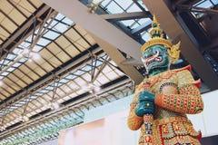 Bangkok, Thailand - April 05, 2019: Reuzebeeldhouwwerk bij de Internationale Luchthaven Thailand van Suvarnabhumi royalty-vrije stock fotografie
