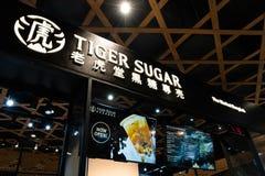 Bangkok Thailand - April 28, 2019: Tiger Sugar bubblate shoppar, ett nytt taiwanesiskt drycklager som öppnar nyligen i marknaden  arkivfoton