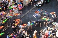 Bangkok, Thailand - 15. April: Touristen, die Wasserwerfer und h schießen Stockbild