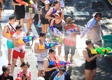 Bangkok, Thailand - 15. April: Touristen, die Wasserwerfer und h schießen Stockfoto