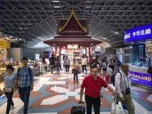 Bangkok Thailand-April 14, 2018: turister som tullfritt in shoppar Arkivfoto
