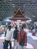 Bangkok Thailand-April 14, 2018: turister som tullfritt in shoppar Royaltyfri Foto