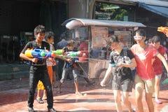 Bangkok, Thailand - 15. April: Wässern Sie Kampf im Songkran-Festival-thailändischen neuen Jahr am 15. April 2011 im soi Kraisi,  Lizenzfreie Stockbilder