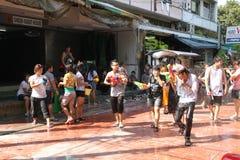 Bangkok, Thailand - 15. April: Wässern Sie Kampf im Songkran-Festival-thailändischen neuen Jahr am 15. April 2011 im soi Kraisi,  Stockfotos