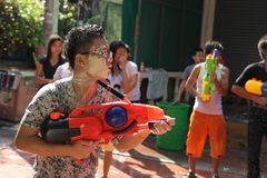 Bangkok, Thailand - 15. April: Wässern Sie Kampf im Songkran-Festival-thailändischen neuen Jahr am 15. April 2011 im soi Kraisi,  Lizenzfreie Stockfotografie