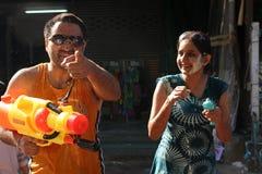Bangkok, Thailand - 15. April: Wässern Sie Kampf im Songkran-Festival-thailändischen neuen Jahr am 15. April 2011 im soi Kraisi,  Stockbild