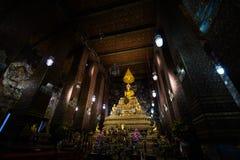 BANGKOK, THAILAND - 6. APRIL 2018: Wat Pho-buddist Tempel - verziert im Gold und in den hellen Farben, wohin buddists gehen zu be stockbild